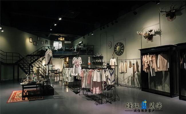 品牌服装店装修设计,这个服装店与其他的服装店不同它有个展示其他品牌的地方还有一个前台设计,服装店设计师完成一个能够支持该品牌简约现代和渐进美学的风格,并提供一个灵活的环境供服装、珠宝和附件的展览。这个设计包括了一个主要的木质计数器和交叉白色条纹外表的抽屉,用来放珠宝、茶室、销售区和储物。主要的衣物挂在天花板吊下的架子上。天花板像一张纸漂浮着,并有不锈钢的杆和衣架。两个圆形的更衣室由地板天花板和布帘子围起,而不是墙。当更衣室不用的时候,效果便是一个很开放的商店,当它在使用时,它们便成为这现下随着人们的生活水